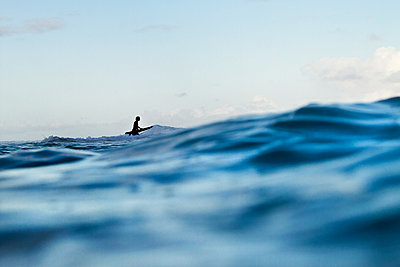 Silhouette Of A Surfer Getting Ready To Ride The Waves At North Shore Of Oahu, Hawaii - p343m1223814 by Sean Davey