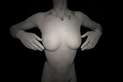 Frau mit Erde - p427m1077800 von Ralf Mohr