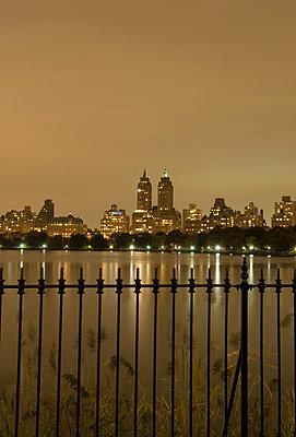 Blick auf den Central Park und die Upper West Side bei Nacht - p5690193 von Jeff Spielman