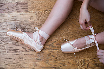 Ballettschuhe anziehen  - p954m1585926 von Heidi Mayer