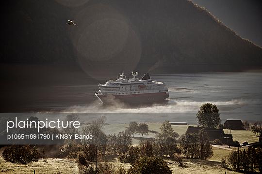 Kreuzfahrtschiff im Norangsfjord, Hjörundfjord - p1065m891790 von KNSY Bande