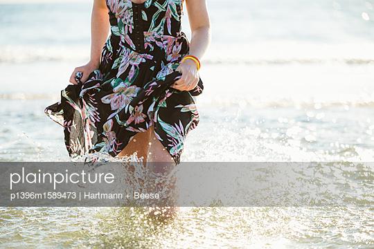Frau planscht im Wasser - p1396m1589473 von Hartmann + Beese