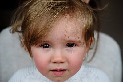 Crying girl and mother on background  - p1363m2177587 by Valery Skurydin