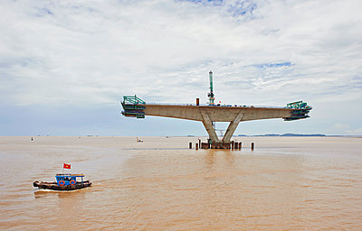 Bridge construction project in the Pacific Ocean - p390m1477118 by Frank Herfort
