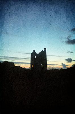 Gespenstische Ruine - p470m886192 von Ingrid Michel