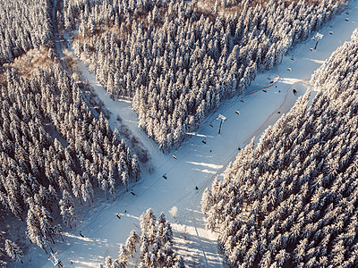 Aerial view of ski lift in winter landscape - p586m1131892 by Kniel Synnatzschke
