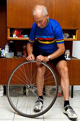 Repairing a wheel I - p608m852100 by Jens Nieth