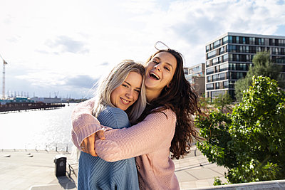 Zwei junge Frauen als beste Freundinnen - p788m2128308 von Lisa Krechting