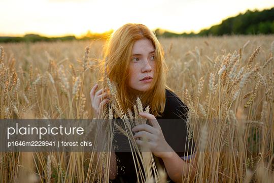 Junge Frau versteckt sich in einem Kornfeld - p1646m2229941 von Slava Chistyakov