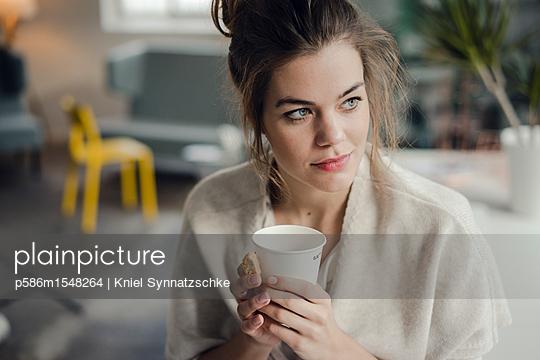 plainpicture | Photo library for authentic images - plainpicture p586m1548264 - Young woman with coffee mug... - plainpicture/Kniel Synnatzschke