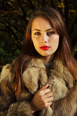 Young woman wearing a fur - p0452912 by Jasmin Sander