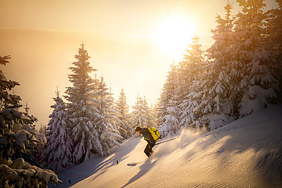 Mid adult man skiing on snowy mountain during sunrise - p300m2275676 by Matthias Aletsee