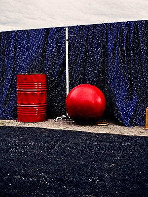 Bühne mit rotem Ball und Metallfass - p318m1477379 von Christoph Eberle