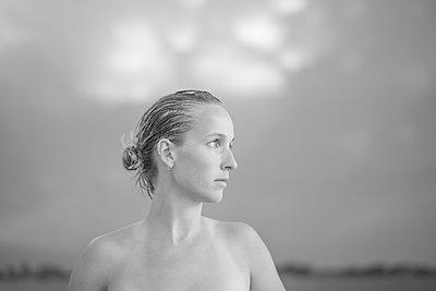 Junge Frau mit nacktem Oberkörper - p552m2194519 von Leander Hopf