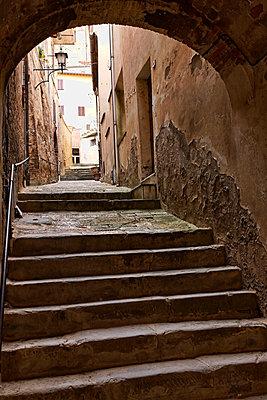 Gasse in Montepulciano - p979m1081235 von Paul Mayall