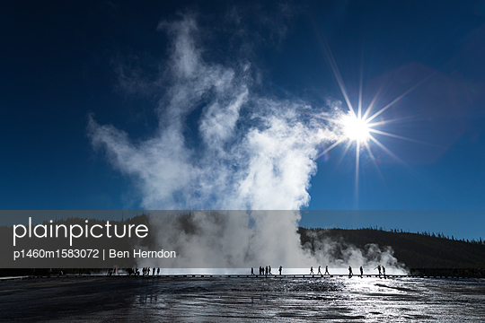 Tourists at the Grand Prismatic Spring, Yellowstone National Park in autumn                   - p1460m1583072 by Ben Herndon