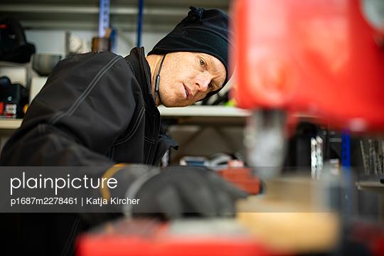 Mann an der Bandsäge - p1687m2278461 von Katja Kircher
