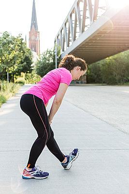 Junge Frau beim Stretching in der Stadt - p1396m1463537 von Hartmann + Beese