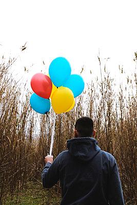 Man hält Luftballons - p1521m2157615 von Charlotte Zobel