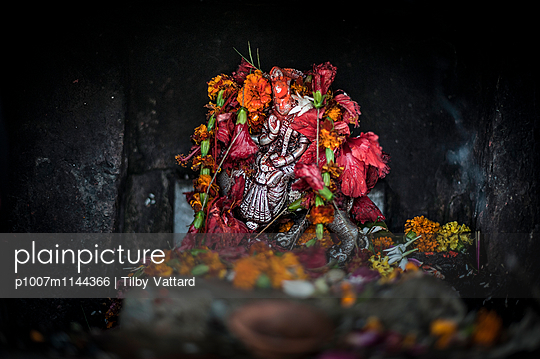 Religious statue and flowers - p1007m1144366 by Tilby Vattard