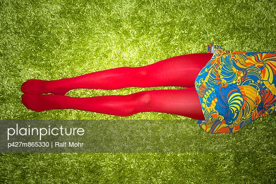 Rote Strumpfhose - p427m865330 von Ralf Mohr
