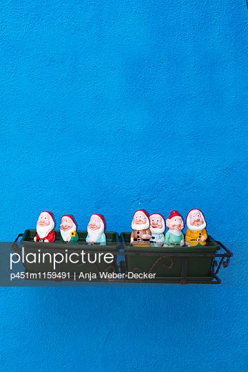 Sieben Gartenzwerge im Blumenkasten - p451m1159491 von Anja Weber-Decker