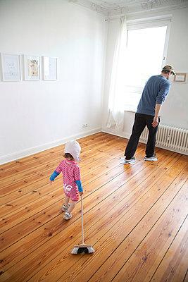 Putzen mit kleinem Kind - p295m952646 von Nanine Renninger