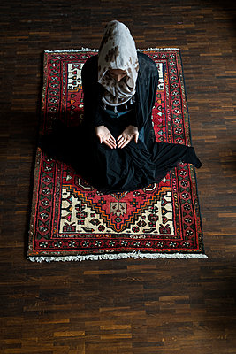 Female Muslim being at prayer - p427m1461887 by R. Mohr