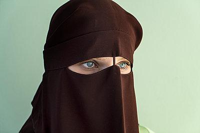 Woman wearing niqab - p427m1591674 by R. Mohr