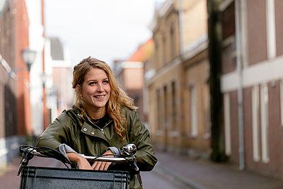 Junge Frau auf dem Fahrrad - p1212m1492348 von harry + lidy