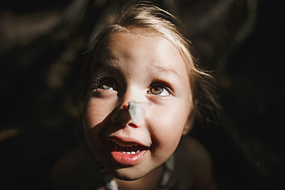 Portrait of little girl with butterfly on her nose - p300m2029548 by Katharina Mikhrin