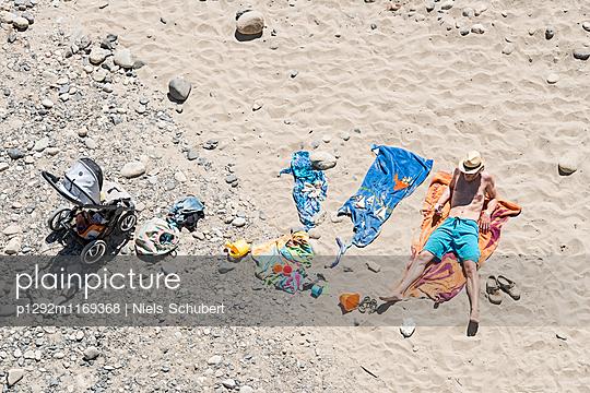 Sonnenbaden am Strand - p1292m1169368 von Niels Schubert