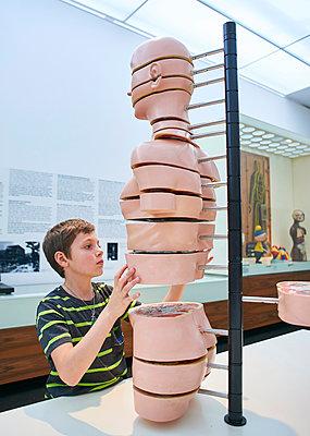 Junge im Hygiene Museum Dresden - p390m1221952 von Frank Herfort