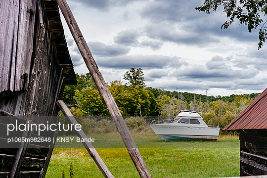 Boat on meadow - p1065m982648 by KNSY Bande