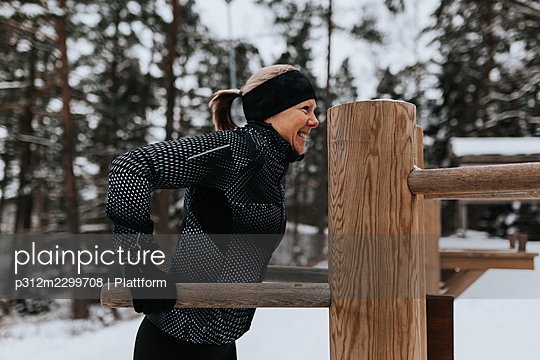 Woman exercising at winter - p312m2299708 by Plattform