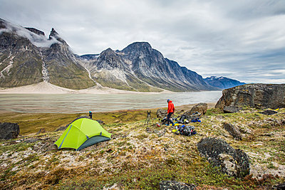 Mountaineer camping above the Weasel River, Baffin Island. - p1166m2261227 by Cavan Images