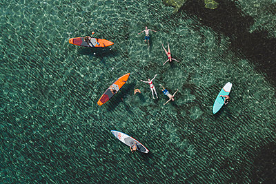 Young people have fun stand up paddling - p1437m2283277 by Achim Bunz