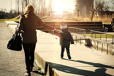 Germany, Oberhausen, toddler walking with mother in park - p300m1019202f by Gabi Dilly