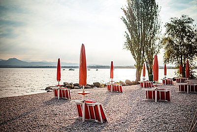 Italy, Peschiera del Garda, Lake Garda, coast at early morning - p300m978286f by Susan Brooks-Dammann