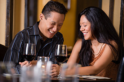 Couple having dinner together in restaurant - p555m1478704 by Rick Gomez