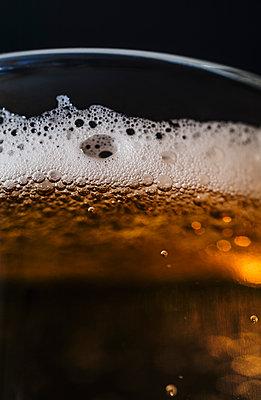 Beer, close-up - p971m1122285 by Reilika Landen