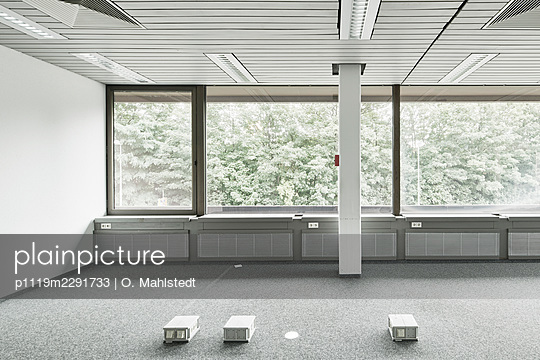 Empty office room - p1119m2291733 by O. Mahlstedt