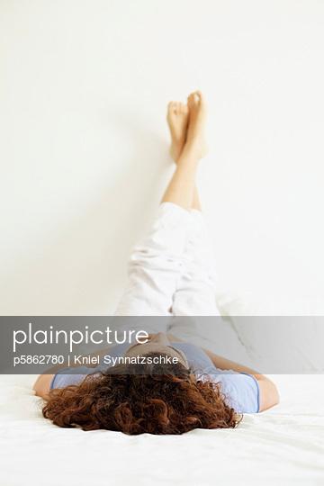 Relaxen auf dem Bett - p5862780 von Kniel Synnatzschke
