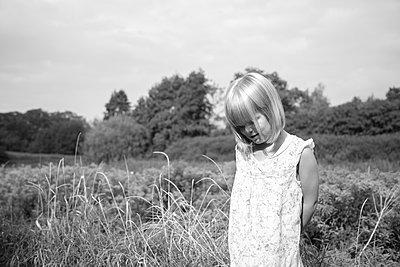 nach unten schauendes Mädchen - p1351m1194982 von Janine Meyer