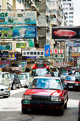Streets bustle with taxis and cars; Kowloon, Hong Kong, China - p442m839950 by Naki Kouyioumtzis