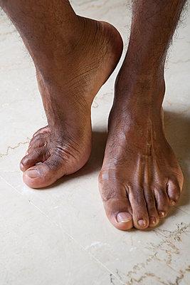 Füße eines dunkelhäutigen Mannes - p817m2008017 von Daniel K Schweitzer