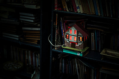 Glowing house - p1007m959895 by Tilby Vattard