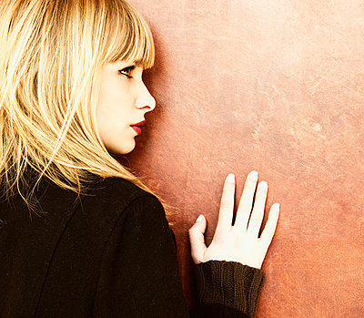 Blonde woman leaning against wall - p1445m1574935 by Eugenia Kyriakopoulou