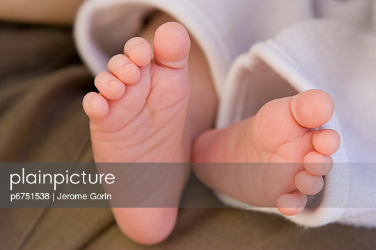 Baby's bare feet - p6751538 by Jerome Gorin