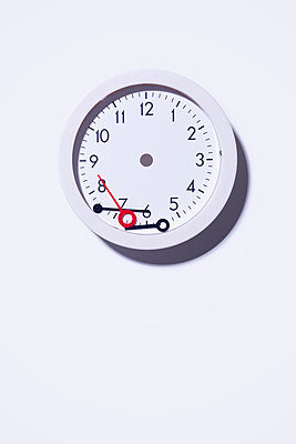 Broken clock - p1149m2280183 by Yvonne Röder